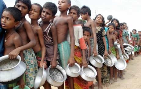 20111120152508-22883-el-hambre-que-mata.-ninos-africanos-hacen-fila-para-recibir-un-poco-de-alimento..jpg