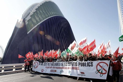 Miles de personas protestan ante el Ágora de Calatrava. | Efe